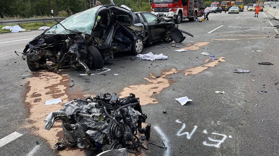 Nach dem Unfall: Die Autobahn 5 gleicht einem Trümmerfeld.
