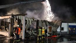 Brand in Wohnhaus: Bewohner flüchten auf die Straße