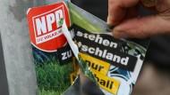 Streitfall: Weil ein Lehrer von Neonazis angebrachte Aufkleber in Limburg entfernt und Schmiereien übersprüht hat, will die Stadt ihn zur Kasse bitten (Symbolbild)