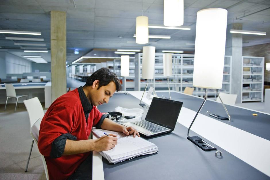 Ruhe zum Lernen: Ein Student beim Büffeln in der Nacht.