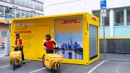 Außen gelb, innen voller Pakete: das neue Mikrodepot von DHL Express an der Frankfurter Heiligkreuzgasse nahe der Zeil.