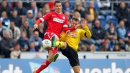 Kämpft um den Ball: der Frankfurter Mathew Leckie (l) und Bielefelds Jonas Strifler beim Spiel in der Schüco Arena Bielefeld.