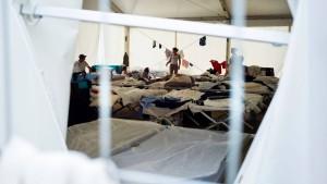 Flüchtlinge in Festzelten