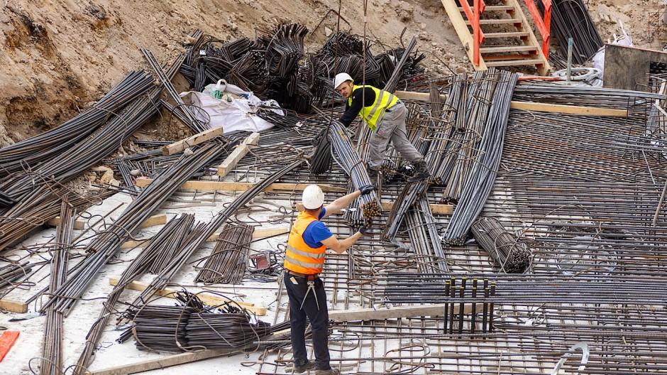 Corona-Schutzregeln: Auch auf Baustellen muss der Mindestabstand gewahrt werden.