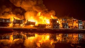 Lastzüge gehen auf Firmengelände in Flammen auf