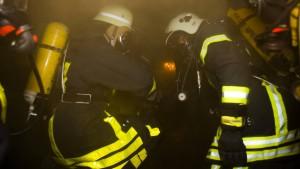Feuerwehr rettet bewusstlosen Mann aus Flammen