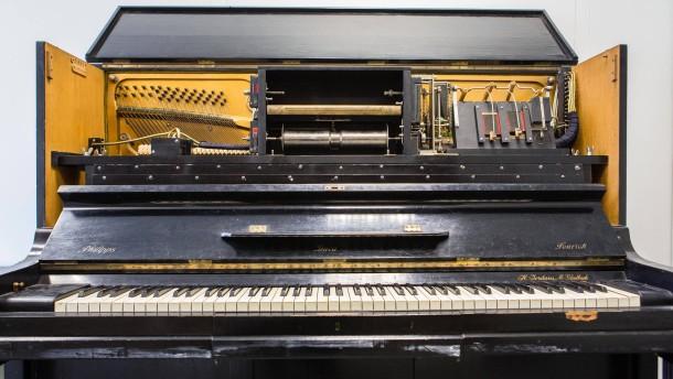 Rollenklavier -  Das automatische Musikinstrument mit eingelagerten Rollen, auf denen Klaviermusik aufgezeichnet ist, steht im Musikwissenschaftliches Institut in Frankfurt.