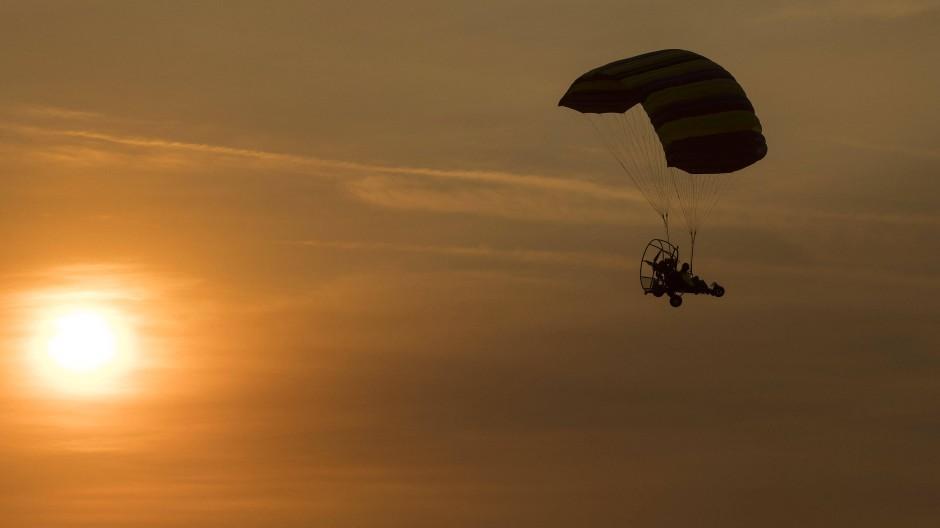Am Abend unterwegs: Die Gleitschirmfliegerin ist aus sechs Metern Höhe abgestürzt (Symbolbild).