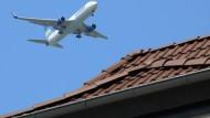 Seit Ende April 2015 werden am Frankfurter Flughafen Starts und Landungen zwischen 22.00 Uhr und 23.00 Uhr und zwischen 05.00 Uhr und 06.00 Uhr abwechselnd auf verschiedenen Bahnen gebündelt.