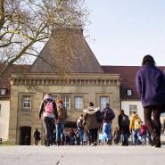 Ein Bild aus Mainz: Nur wenige Studenten sind derzeit auf dem Weg auf den Campus.