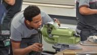 Übungssache: Michaele Hayelom aus Eritrea hat von der Samson AG einen Fördervertrag erhalten und bereitet sich in der Lehrwerkstatt auf seine Ausbildung vor.