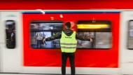 Blockadehaltung: Einstiegslotse an einer wegfahrenden S-Bahn