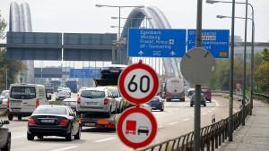 Fußgänger auf A661 überrollt und getötet