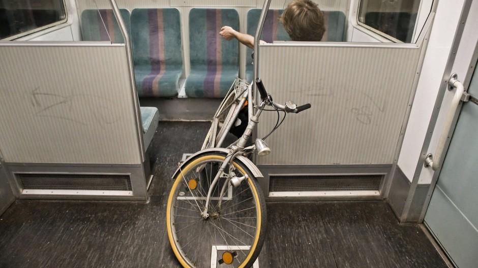 Mit dem Rad per Bahn reisen zu wollen, kann im Zweifelsfall ziemlich ermüdend sein