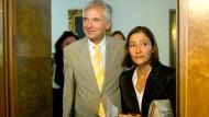 Felix Semmelroth wirkt glücklich, während Susanne Gaensheimer anscheinend noch etwas angespannt ist: Am 22. August 2008 stellte er sie im Römer als künftige Leiterin des Museums für Moderne Kunst vor.