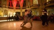 """Das einzige Opernhaus mit angeschlossener Tango-Abteilung: Im Foyer des Staatstheaters Wiesbaden veranstaltet Gabriel Sala seinen """"Salón Tango""""."""
