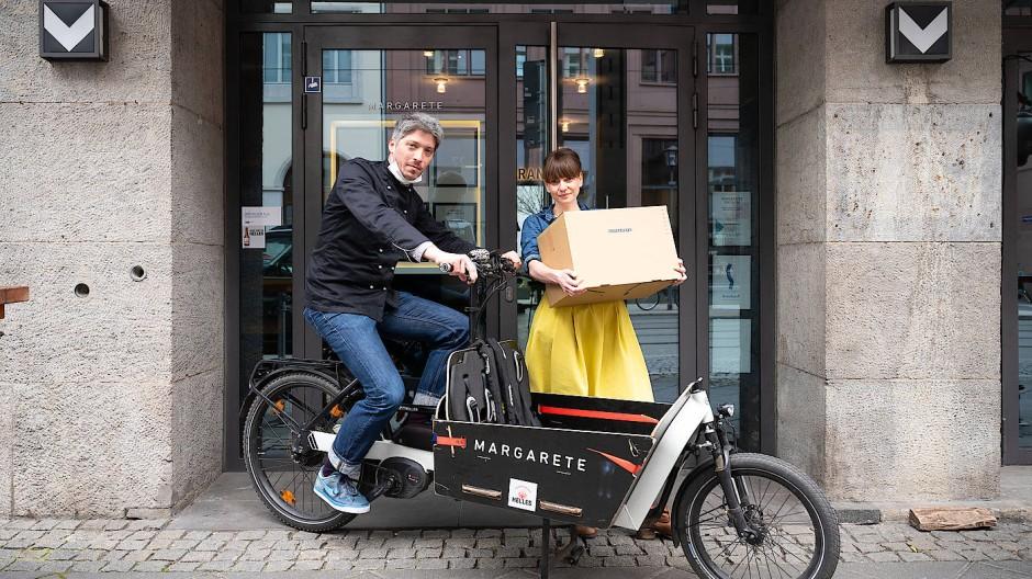 Zulieferer: Sie fahren in Frankfurt Lunchpakete per Lastenrad aus, die Stadt fördert künftig solche Vehikel