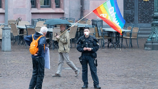 Vereinzelte Friedensbewegte auf dem Römerberg