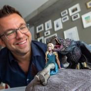 """""""Father of Dragons"""": Sven Martin, Visual Effects Supervisor bei Pixomondo mit einer Figur aus """"Game of Thrones""""."""