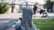 Ärgernis: Übervoller Mülleimer und daneben gelagerte Abfälle mitten in Frankfurt