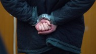 Ein verhinderter Terrorist oder Opfer konstruierter Vorwürfe? Halil D. muss in Handschellen warten, bis das Gericht eintrifft.