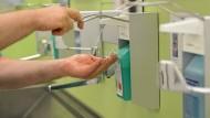 Schutz: Die Hände zu desinfizieren ist in Krankenhäusern wichtig, um keine Keime einzuschleppen.