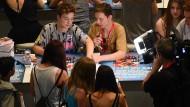 Stars aus dem Netz: Roman (links) und Heiko geben bei den Videodays in Köln Autogramme.