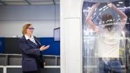 Hände hoch: Wie sich ein Fluggast im Körperscanner zu verhalten hat, erklärt Kontrolleurin Elke Göring-Rapp.