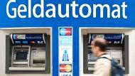 Abgehoben: Wer sich an Automaten anderer Banken Geld holen will, muss mit Gebühren rechnen.