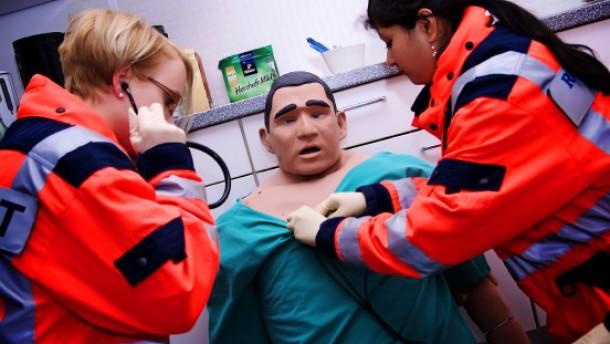 Medizinstudenten üben Narkosen an Dummys