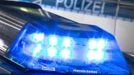 Ein randalierender Mann hat sich in Dillenburg mit einer Glasscheibe lebensgefährlich verletzt. Er wehrte sich gegen die Hilfe des Notarztes und starb.