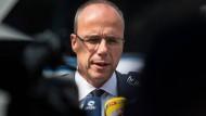 Es sei vollkommen inakzeptabel, dass Extremisten legal Waffen besitzen könnten: Hessens Innenminister Peter Beuth
