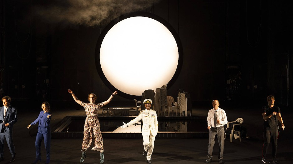 """Mond und Uniform weiß: Szene aus """"Othello"""" in Darmstadt"""