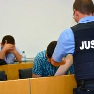 Verurteilt: der wegen Totschlags in besonders schwerem Fall angeklagte Syrer (Mitte im karierten Hemd) im Landgericht Hanau