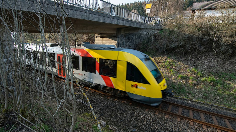 Ein Zug der hessischen Landesbahn nahe Erndtebrück