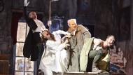 """Viel los auf der vollen Bühne: Szene aus """"Peer Gynt"""" in Wiesbaden"""
