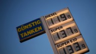 Zur richtigen Zeit an der richtigen Stelle: Wer zur rechten Uhrzeit eine Tankstelle anfährt, kann bis zu 12 Cent pro Liter Benzin sparen.