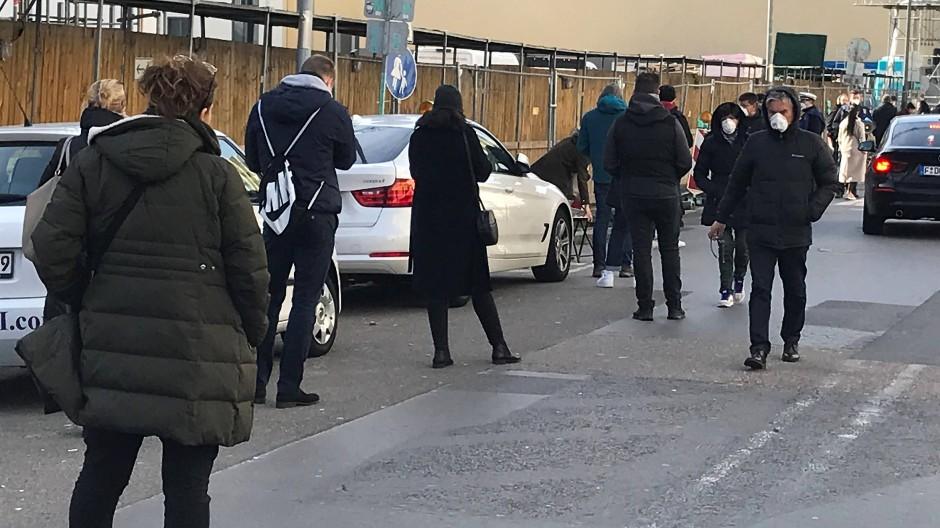 Wartestand: Schlange von Leuten vor ehemaligen Marienkrankenhaus in Frankfurt, die sich im Testzentrum auf das Coronavirus checken lassen wollen