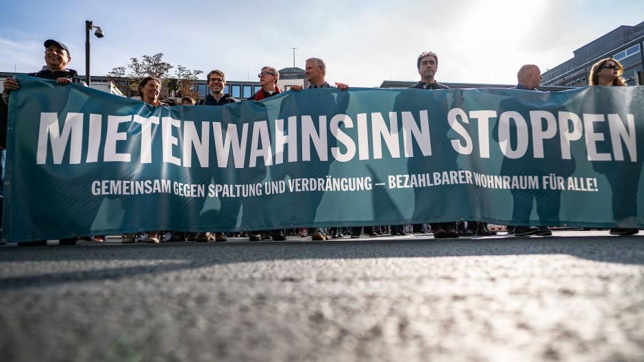 Mietenwahnsinn stoppen: Demonstranten ziehen durch die Frankfurter Innenstadt.