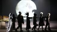 """Die große Illusion und der reine Realismus: """"Peter Pan"""" (Jan Breustedt, rechts) und seine Schar im Schauspiel Frankfurt."""