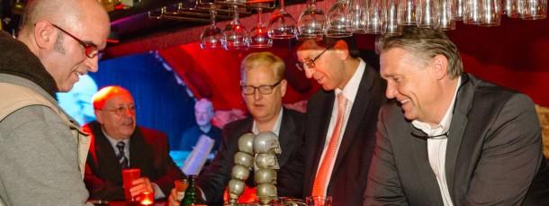 """Blick ins Glas: Markus Frank (Mitte) mit den drei CDU-Kollegen an der Bar des """"Dreikönigkellers"""" am Sachsenhäuser Ufer."""