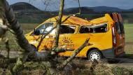 Dachschaden: Dieser Schul-Minibus in Deute in Nordhessen ist von einem umstürzenden Baum getroffen worden