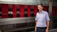 Textilveredler: Kai Jackl in seinem Betrieb in Hungen, der unter der Ökostrom-Umlage arg zu leiden hat