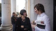 In der Pause: Monika Zeiner (links) unterhält sich mit Maike Zeidler, der kaufmännischen Geschäftsführerin des Literaturhauses Frankfurt. Zeiner gehört zu den sechs Autoren, deren Bücher auf der Shortlist des Deutschen Buchpreises stehen.