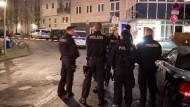 Geduldsprobe: Polizisten im Januar vor einem Haus in Frankfurt-Sachsenhausen, in dem ein Mann seine Ex-Freundin elf Stunden lang in seiner Gewalt hielt