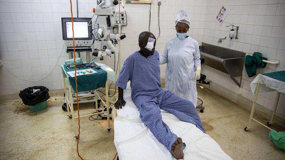 Eingriff: Eine englische Augenärztin hat den 62 Jahre alten Jumwa Nchembo Nwero an seinem Katarakt operiert