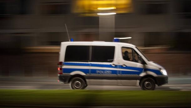Mann nach Kollision an Haltestelle von Auto erfasst