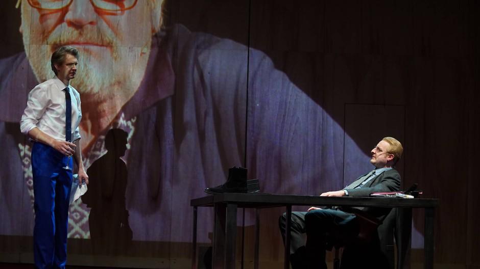 Political: Szene aus Casino – Uraufführung ist am 19. Januar in Wiesbaden