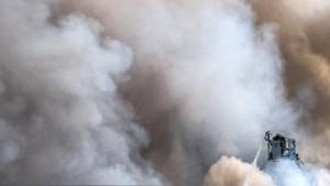 Über Dutzende Kilometer hinweg sichtbare Rauchsäule