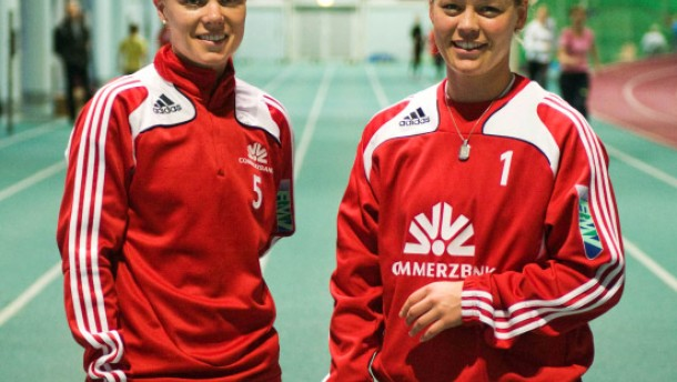 Leni Larsen Kaurin (Norwegen) und Sara Thunebro (Schweden) Die beiden Fußballspielerinnen vom 1. FFC Frankfurt beim Training in der Leichtathletik-Halle in Kalbach.